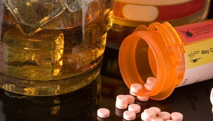 Bebida alcoólica e antibiótico faz mal? Veja o que estudos científicos dizem