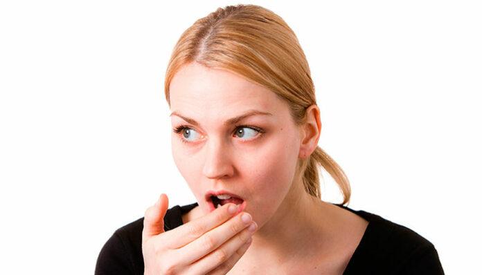 Mau hálito (halitose): Veja as causas mais comuns de mau cheiro na boca