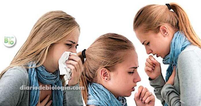 mulher com coceira na garganta e tosse tossindo muito